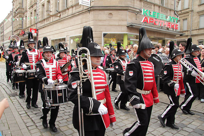 A festive parade is the highlight of any Kirchweih. (Photo: Fuerther-Kirchweih.de)