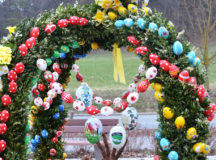 Hand-painted Easter eggs adorn an Osterbrunnen in Ansbach-Untereichenbach (Photo: Bianca Sowders)
